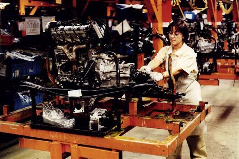 Una trabajadora en una fábrica de Seat en los años 80