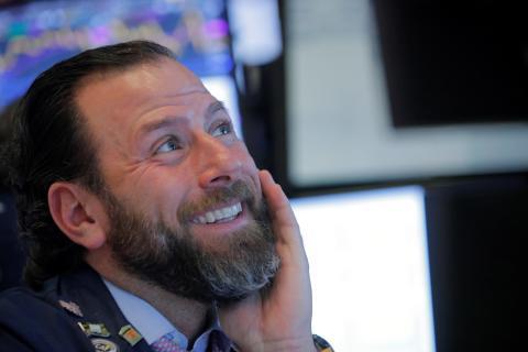 Trader sonríe en una jornada en Wall Street.