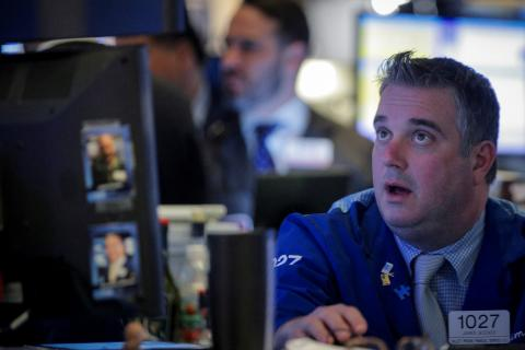 Trader sorprendido mirando las pantallas