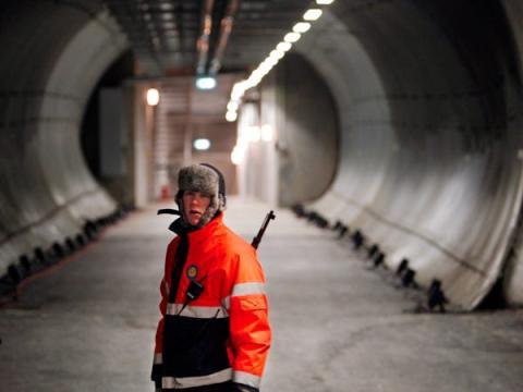 Este túnel se convirtió en una especie de glaciar cuando el agua de deshielo se congeló, según The Guardian. Hay cinco puertas con cerraduras codificadas por las que tiene que pasar cualquiera que quiera entrar en la bóveda.