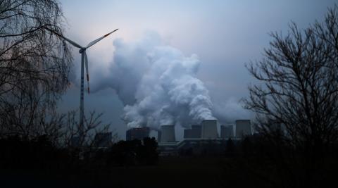 Una turbina eólica al lado de una central de carbón en Alemania