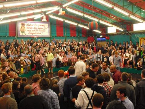 Los turistas dentro de uno de los recintos de la Oktoberfest
