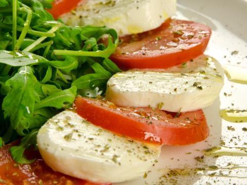 La ensalada caprese está en la carta de la mayoría de restaurantes italianos.