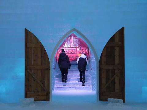 La entrada al bar del hotel de hielo.