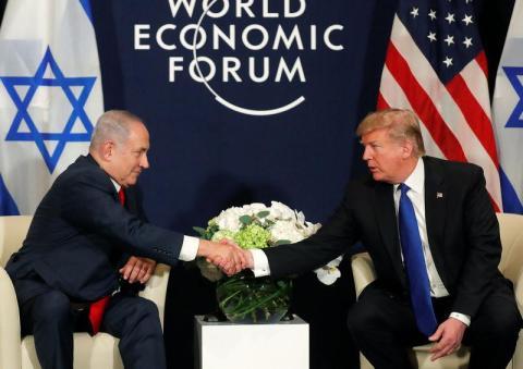 El presidente de Estados Unidos, Donald Trump, estrecha la mano del primer ministro israelí Benjamin Netanyahu durante la reunión anual del Foro Económico Mundial en Davos en enero de 2018.