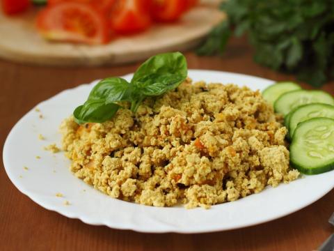El tofu es una opción de origen vegetal para revueltos y sartenes.