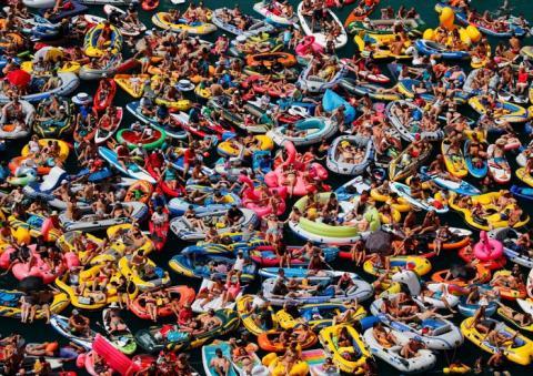 Turistas en botes inflables observando un evento de buceo en el Lago de Lucerna en Sisikon, Suiza, en agosto de 2018.