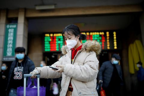 Viajera con mascarilla para protegerse del coronavirus