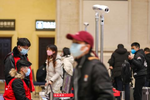 Viajeros chinos en una estación de tren