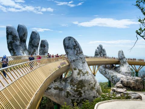 El puente de oro en Ba Na Hills en Danang, Vietnam.