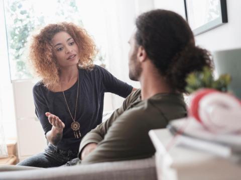 Una pareja hablando.