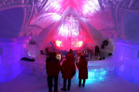 El bar tenía un barco gigante hecho de hielo.