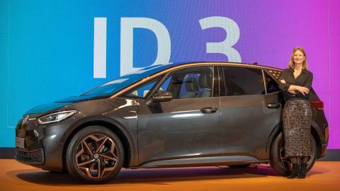 2020Laura Ros, directora general de Volkswagen España, con el Volkswagen ID.3