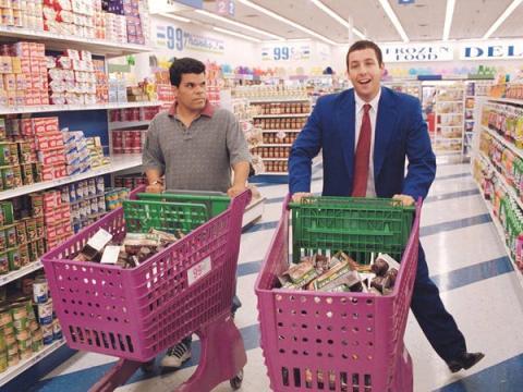 Adam Sandler y Luis Guzmán en Embriagado de amor