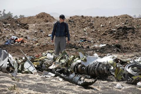 Investigadores estadounidenses examinan escombros en el lugar del accidente de Ethiopian Airlines en marzo de 2019.