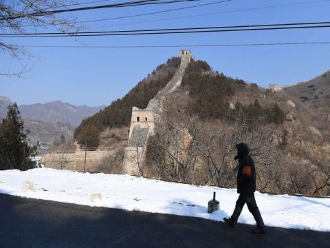 Un guardia de seguridad cerca de una sección cerrada de la Gran Muralla China el 7 de febrero.
