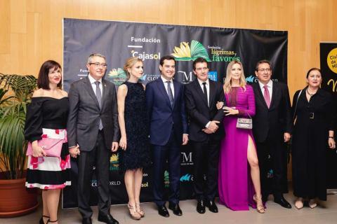 Antonio Banderas posa junto a otras personalidades en un evento de su fundación lágrimas y favores