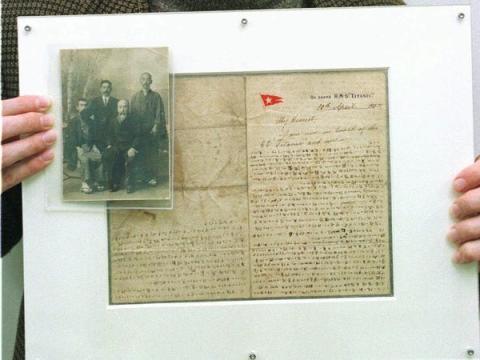 Masabumi Hosono (segundo por la izquierda), y su relato escrito a mano del hundimiento del barco.