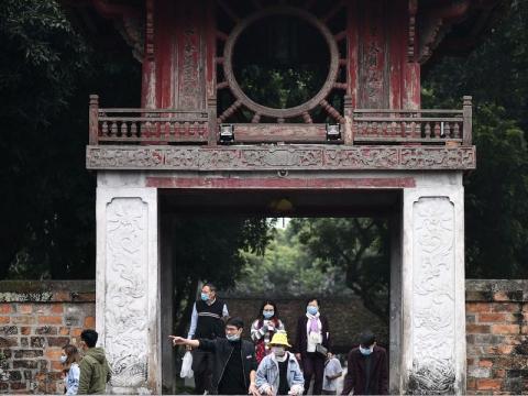 Turistas en el Templo de Literatura de Hanoi el 12 de febrero.