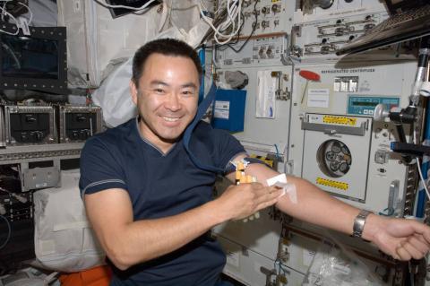 Astronauta Akihiko Hoshide realiza análisis de sangre en la Estación Espacial Internacional