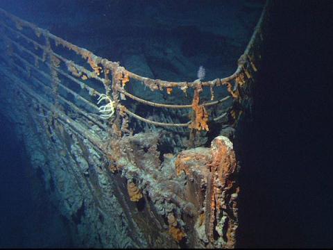 La proa del barco en el fondo del océano.