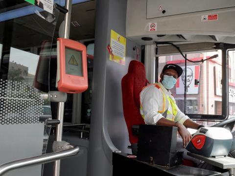 Un conductor de autobús con máscara.