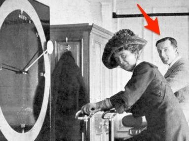 Beesley y una mujer desconocida dentro de la nave