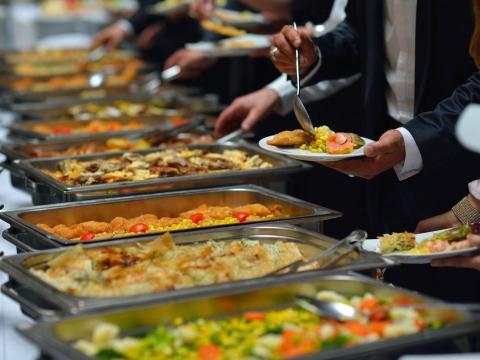 El coste de alimentar a los invitados de tu boda puede superar fácilmente el de la celebración, decoraciones o incluso el lugar del banquete.
