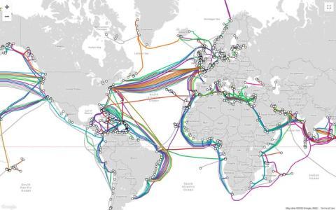 Este mapa muestra la red e cables submarinos en todo el mundo.