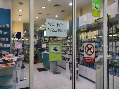"""Cartel de """"no hay mascarillas"""" en una farmacia de Madrid."""