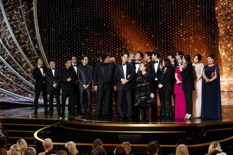 El elenco y el equipo de 'Parásitos'  sobre el escenario en los 92o Premios de la Academia.