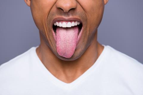 Chico sacando la lengua