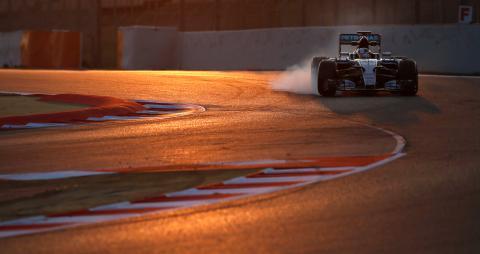 El coche de Fórmula 1 de Lewis Hamilton frena en una curva del circuito de Montmeló