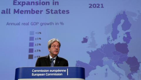 El comisario económico europeo, Paolo Gentiloni, presenta las previsiones de invierno de Bruselas