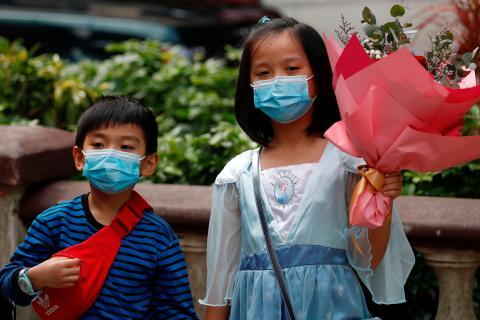 Los niños usan mascarillas en Hong Kong el 14 de febrero de 2020.