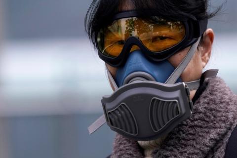 Hombre llevando mascarilla por el coronavirus
