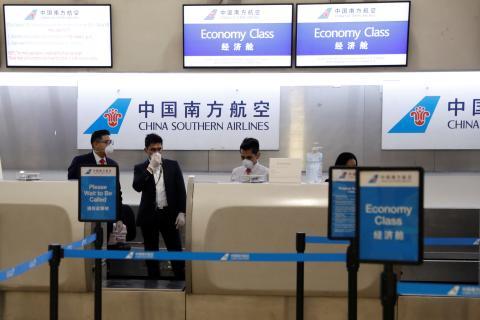 Empleados de China Southern Airlines en el aeropuerto internacional Benito Juárez en la Ciudad de México, México, 28 de enero de 2020.