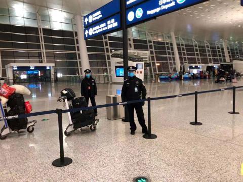 Oficial de seguridad en el aeropuerto internacional de Wuhan Tianhe en Wuhan, China, el 7 de febrero de 2020.