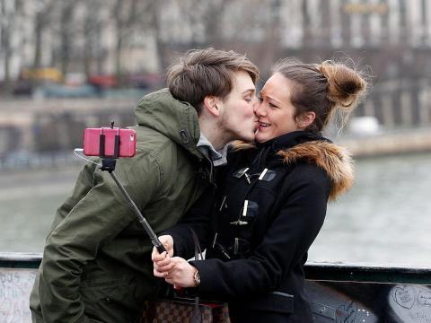 Una pareja se hace una foto el día de San Valentín en París.