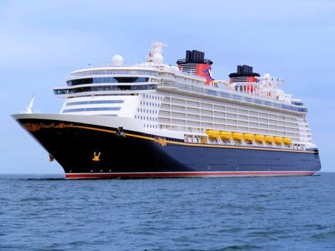 Los botes salvavidas en los cuatro barcos son del mismo color que los zapatos de Mickey Mouse.
