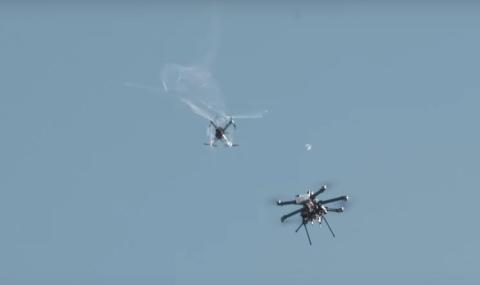 Dron cazado por una red.