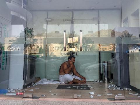 Un hombre descansa a la sombra para refrescarse.