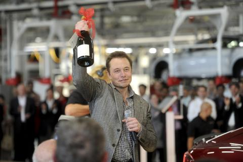 Elon Musk celebrando en la fábrica de su compañía en Fremont, California, las primeras entregas del Modelo S.