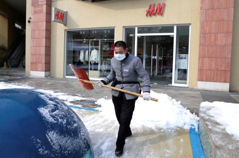 Un establecimiento de H&M cerrado en China tras el brote del coronavirus