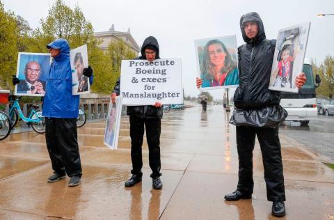 Familiares y amigos de las víctimas del accidente del vuelo 302 de Ethiopian Airlines organizaron una protesta frente a la reunión anual de accionistas de Boeing Chicago (Illinois, Estados Unidos).