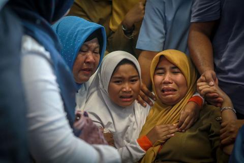 Los familiares de los pasajeros del avión de Lion Air estrellado lloran en el aeropuerto de Pangkal Pinang.