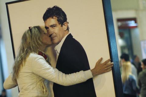 Una fan besa un cartel de Antonio Banderas
