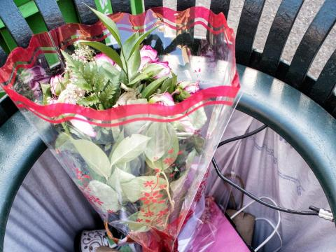 Rosas en la basura el día de San Valentín en la ciudad de Nueva York.