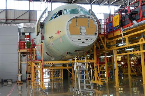 El fuselaje de un Airbus A330 durante su proceso de fabricación en Tianjin (China)