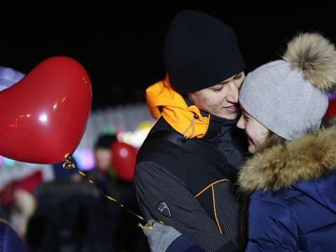 Una pareja con un globo en forma de corazón.